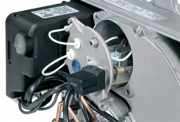 Держатель сопла можно обслуживать через заднюю крышку без отсоединения горелки от котла