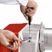 Воздушный дэмпфер можно выкрутить не снимая крышку горелки Riello Guviller BGK